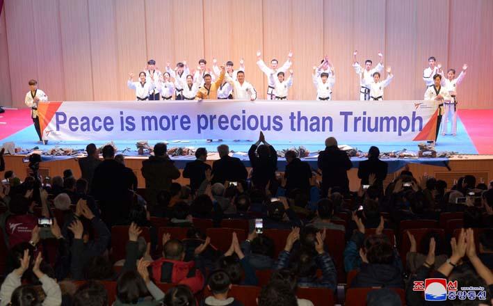 Se realiza la demostración modelo conjunta de taekwondocas del Norte y el Sur de Corea