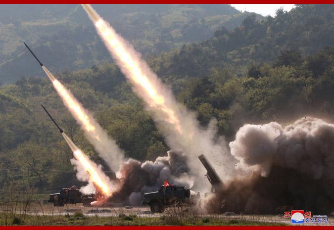 Máximo Dirigente KIM JONG UN dirige los ejercicios de las unidades del frente avanzado y occidental