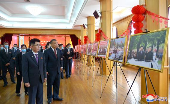 Exhibición de fotos en la embajada china