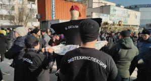 Ош базарынын аймагындагы Берекет универсал кичи базарынын 500дөн ашуун соодагери митингке чыкты Мэрдин убадасы аткарылган жок!