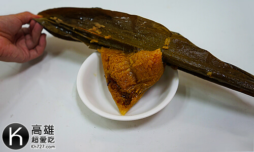 《龐家肉粽》剝開粽葉後看見顏色漂亮的粽子