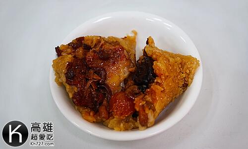 高雄肉粽《龐家肉粽》剝開來整個頗面都是紅燒爌肉,跟滿滿的料!