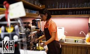 《暖暖輕食坊》老闆妹妹認真在吧檯內煮咖啡的模樣