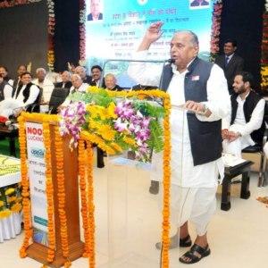 5 कालिदास मार्ग, लखनऊ में आयोजित आगरा-लखनऊ एक्सप्रेसवे के शिलान्यास कार्यक्रम के संबोधित करत मुलायम सिंह यादव.