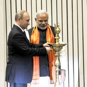 11 दिसंबर, 2014 का दिने  नई दिल्ली में दीया जरा के 'वर्ल्ड डायमंड कॉन्फ्रेंस' के उद्घाटन करत प्रधानमंत्री नरेन्द्र मोदी आ रूस के राष्ट्रपति व्लादिमीर पुतिन.