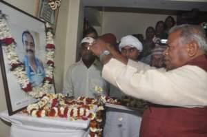 छायाकार स्व॰ कृष्ण मुरारी किशन के सरधांजलि देत मुख्यमंत्री जीतन राम माँझी