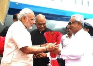 हवाई अड्डा पर पीएम मोदी के स्वागत करत बिहार के मुख्यमंत्री नीतीश कुमार