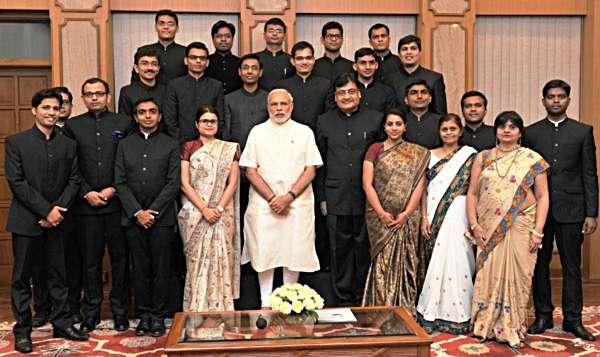 अहमदाबाद के सरदार पटेल सार्वजननिक प्रशासन संस्थान से ट्रेनिंग कर के आइल नयका आईएएसन का साथे दिल्ली में प्रधानमंत्री मोदी
