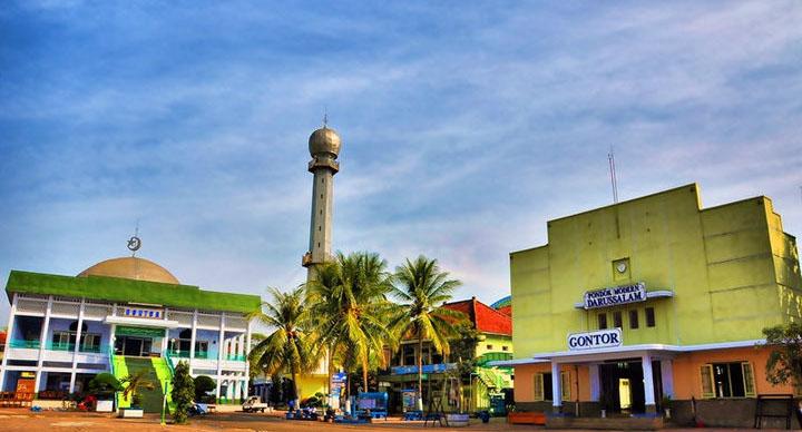 Pemandangan Masjid Agung dan Gedung Ponpes Modern Gontor