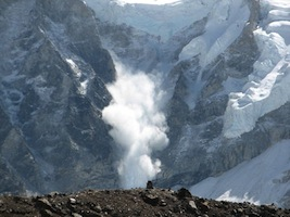 एवेरेस्ट पर्वत पर गिरती बर्फ
