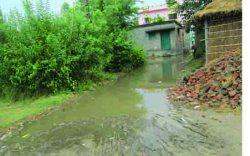 सड़क पर लगल पानी