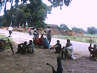 सड़क जाम खुलै के बाद आपस मा बातचीत करत गांव के मड़ई