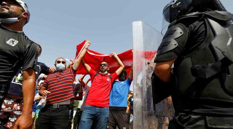 تونس تنتفض .. والرئيس سعيد يتعهد بحماية الحقوق والحريات