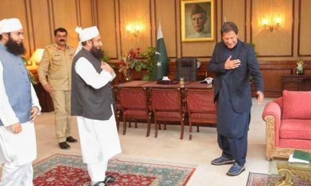 Pakistan PM Imran khan avoids handshake with Tariq Jameel