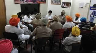 Police-detains-Dal-Khalsas-leadership-in-party-office