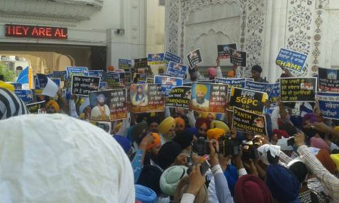 Pics from todays protest at Akaal Takhat Sahib from Dal Khalsa Panch Pardhani against the pardon given to sauda sadh (15)