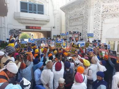 Pics from todays protest at Akaal Takhat Sahib from Dal Khalsa Panch Pardhani against the pardon given to sauda sadh (3)
