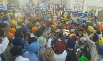 Pics from todays protest at Akaal Takhat Sahib from Dal Khalsa Panch Pardhani against the pardon given to sauda sadh (6)