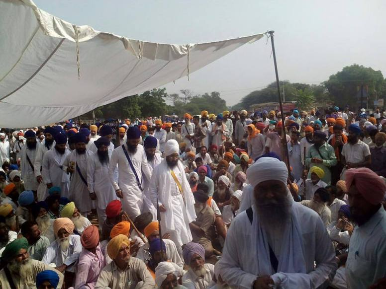 Baba Ranjit Singh Khalsa Dhadrianwale, Bhai Panthpreet Singh and others reach the Dharna at Village Kot Shameer