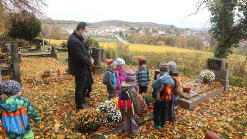 Církevní školka šla na hřbitov