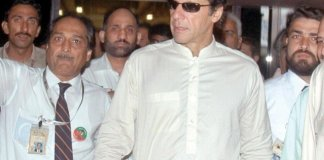 "عمران خان د پارټۍ جلسې نه مخکښې ""چاند رات"" مانځلو لپاره لاهور ته رسېدلے"