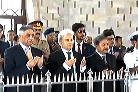 Prime Minister offers Fateha at Mazar e Quaid