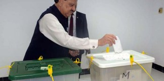 President Mamnoon, first lady cast vote in Karachi