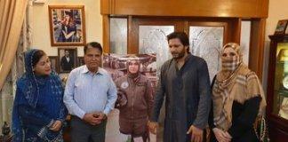Shahid Afridi, wife visit Marium Mukhtiar Shaheed's home
