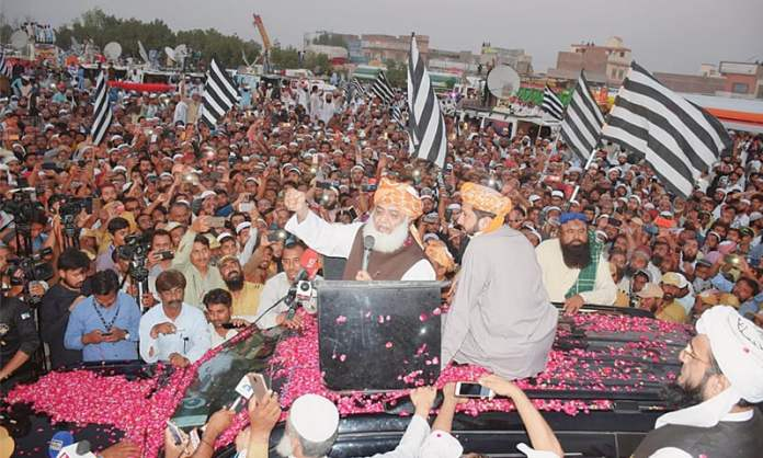 Maulana Fazlur Rehman resumes Azadi March towards Islamabad