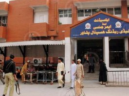 Doctors clash with security guards at LHR hospital in Peshawar