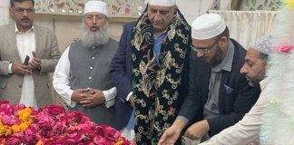 Army Chief General Qamar Bajwa visits Data Darbar in Lahore