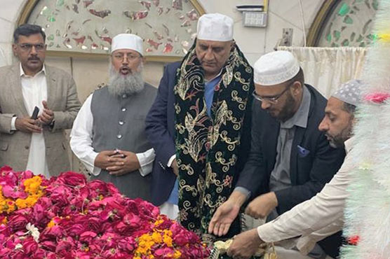 Army Chief General Qamar Bajwa visits Data Darbar in Lahore