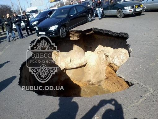 Провал дороги вызван прорывом канализации. Фото: odessit.ua