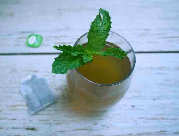 Oh so refreshing Sweet Mint Iced Tea | kickassbaker.com #mint #summertimedrinks #icedtea #refreshing