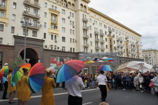 Singing ion the rain Moscow City Day 2016