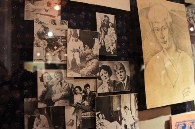 Black and white photos of Sergey Yesenin and Isadora Duncan together as a couple, as well as a large pencil portrait at the Yesenin Museum
