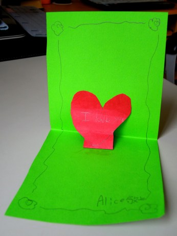 Alice 在寶藏盒裡放置的立體卡片,簡單書寫著:I Love You.