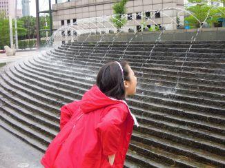 2012.05,闔家經過台北市政府旁廣場,Alice 的「止渴」假象~