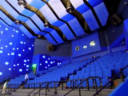 容納 300 位觀眾的海洋劇場,以海洋的藍色為裝潢主色,牆壁有類似氣泡的光影,天花板有海流的意象~