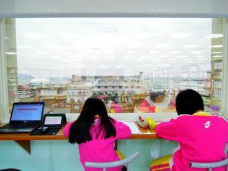 2A 坐在萬里圖書館的海景窗前寫作業~