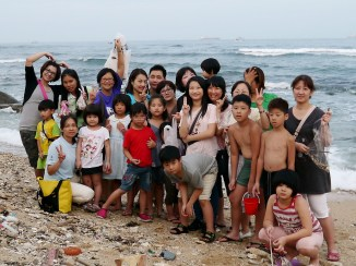 2014.07.24 在颱風假的隔天,風浪甚小,我們就迫不急待到海邊準備我們的材料之一 - 破貝殼~