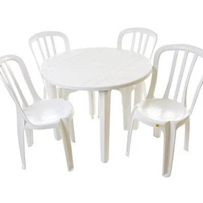 Mesa redonda com cadeiras