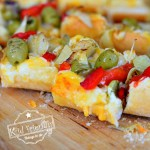 Easy Cheesy Garlic Bread Bites with toppings - www.kidfriendlythingstodo.com