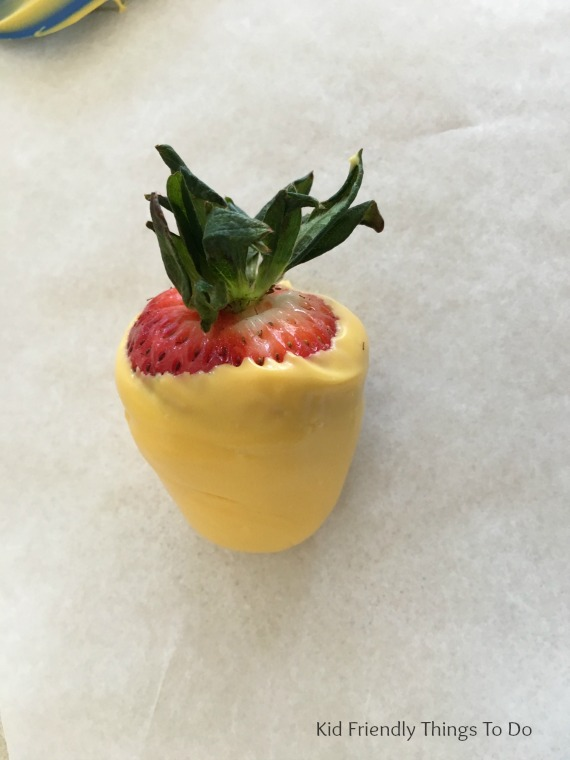 Chocolate Covered Strawberry Spring Chicks are perfect for Spring fun foods. So adorable - KidFriendlyThingsToDo.com