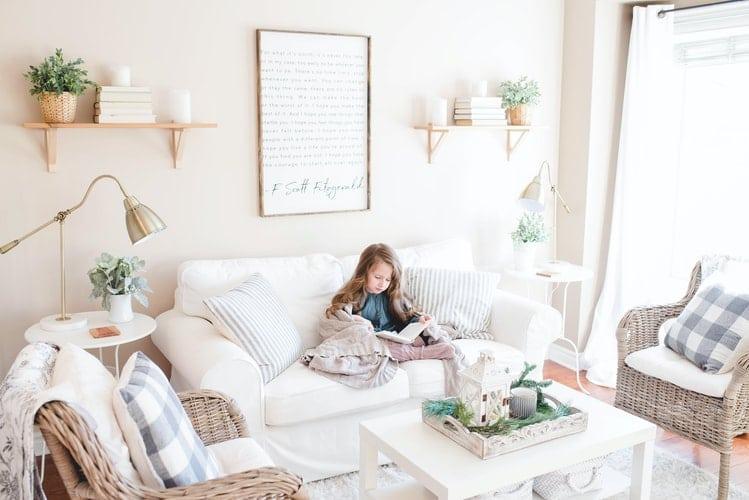 job étudiant :  une petite fille en train de lire un livre