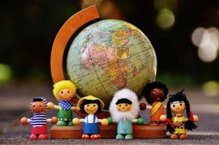 des figurines placées devant un globe