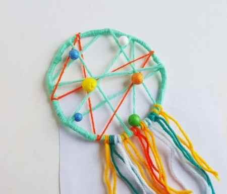 DIY enfant : comment faire un attrape rêves   photo d'un capteur de rêves en fils de laine