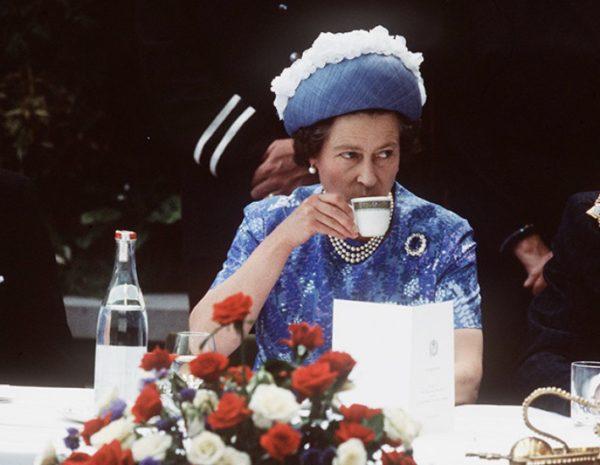 Кралски прислужник разкрива как английската кралица си пие чая и поставя край на казуса за чая и млякото