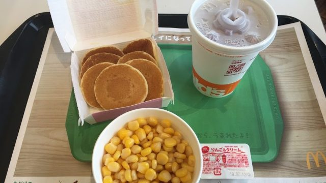 ハッピーセットのプチパンケーキとコーンと爽健美茶