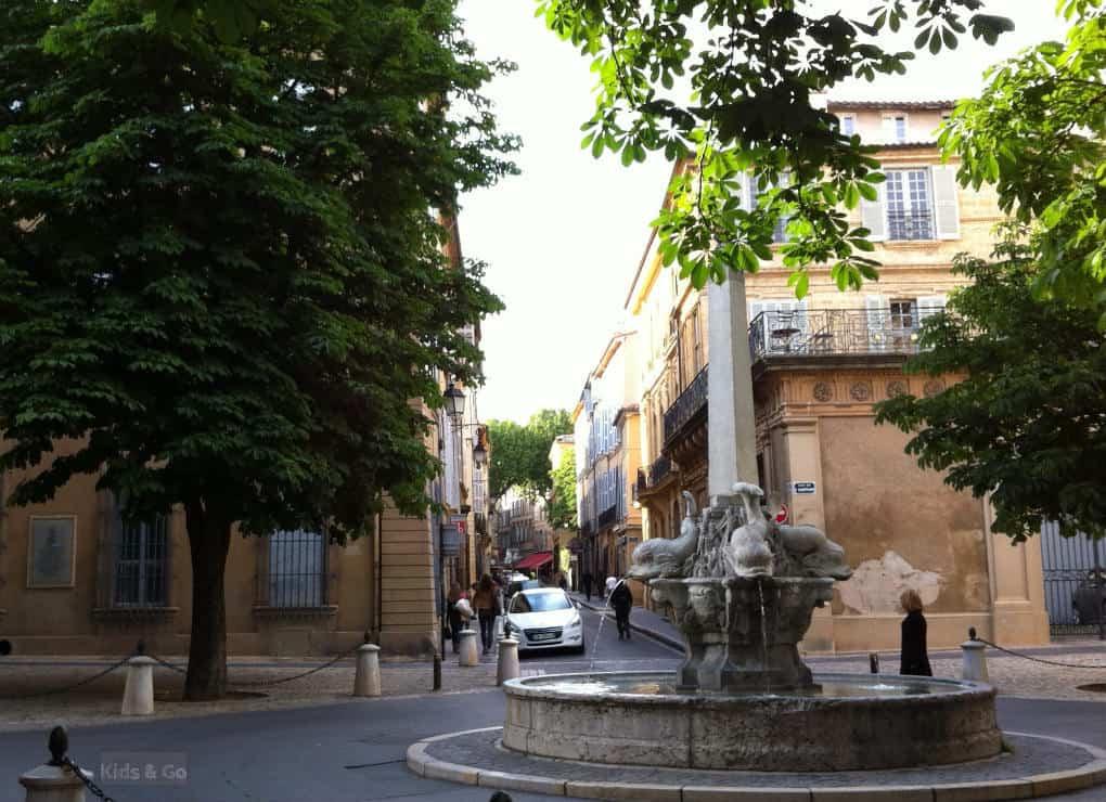 Aix-en-Provence z dzieckiem - fontanny Aix